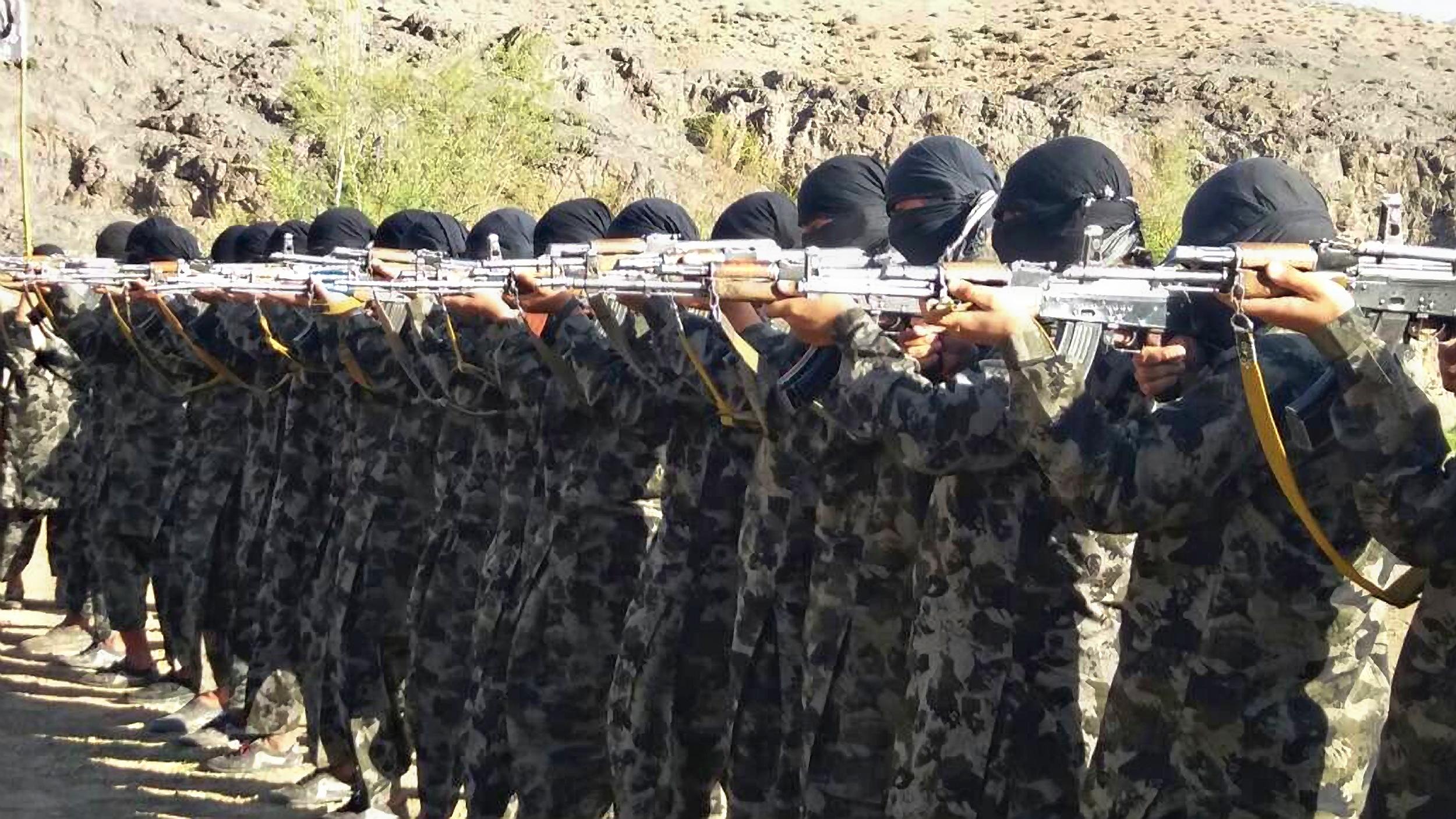 Das Afghanistan-Chaos nimmt Konturen an, IS schickt Kämpfer