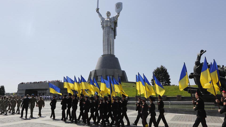 Militärattachés Norwegens, Schwedens und Dänemarks besuchen Truppen in der Ost-Ukraine