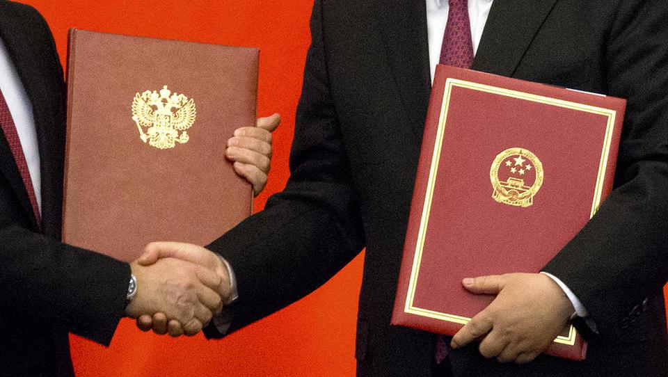 Russland und China wollen Dollar-Dominanz brechen, Saudis legen sich mit Biden an