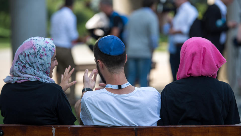 """""""Wir lassen und nicht trennen"""": Juden und Muslime setzen Zeichen gegen Antisemitismus und anti-muslimischen Rassismus"""