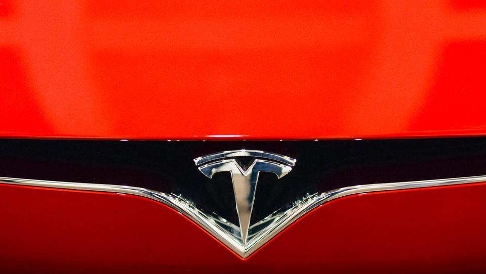 Tesla explodiert und muss drei Tage im Wasserbad gelöscht werden