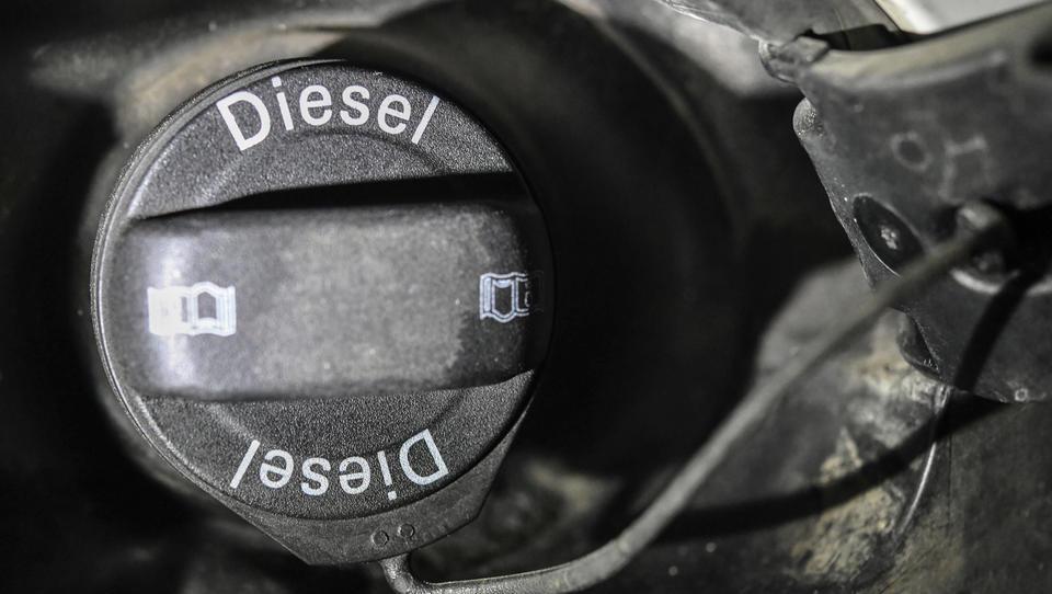 Verkaufszahlen des Diesels mehr als halbiert: EU-Vorgaben, hohe Steuern und ein Betrug kosten eine riesige Zahl von Arbeitsplätzen