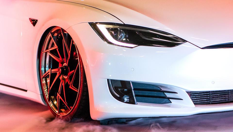 """""""Sicherer als jeder Volvo"""": Brandneuer Tesla geht bei Jungfernfahrt in Flammen auf"""