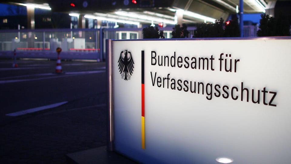Deutsche Geheimdienste alarmiert wegen Radikalismus von Linken und Rechten