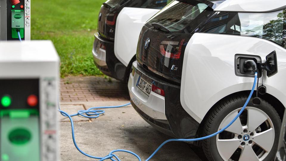 Heute wegweisendes Treffen: Autoverband fordert von der Bundesregierung Ausbau der E-Autoinfrastruktur