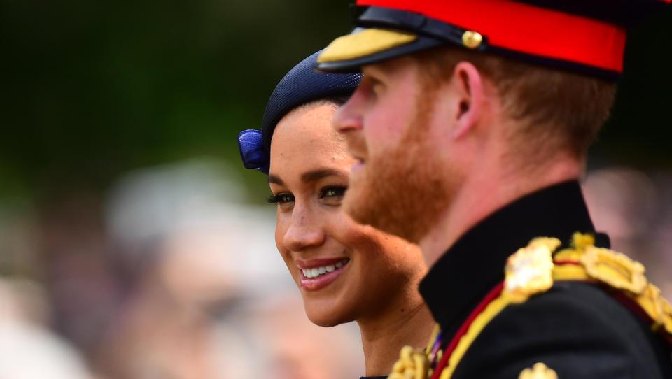 Hintergründe unklar: Harry und Meghan ziehen sich überraschend aus dem königlichen Leben zurück