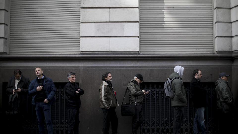 Bankrun beginnt: Argentinier heben massenweise Geld ab