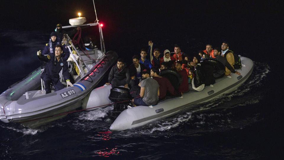 Griechenland will 10.000 Migranten aufs Festland bringen