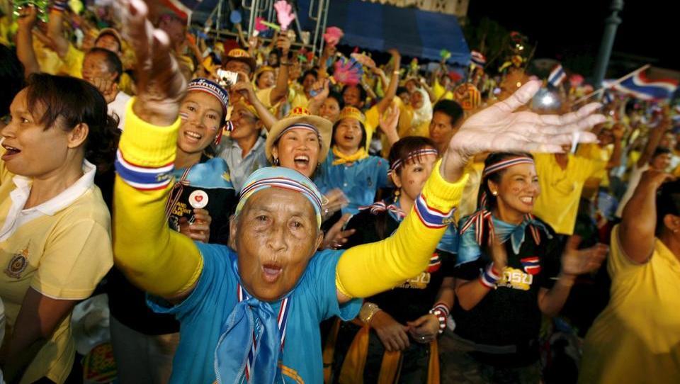 FIRMEN-TICKER: Facebook sperrt Seite von thailändischen Monarchie-Kritikern, beugt sich dem Druck von autoritärer Regierung