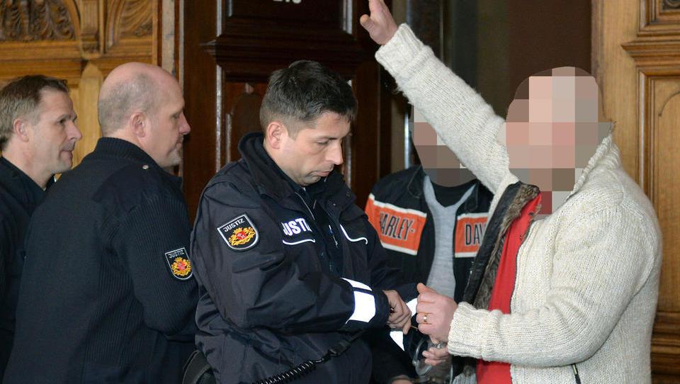 Illegal eingereister Clanchef klagt gegen abgelehnten Asylantrag und neuerliche Abschiebung