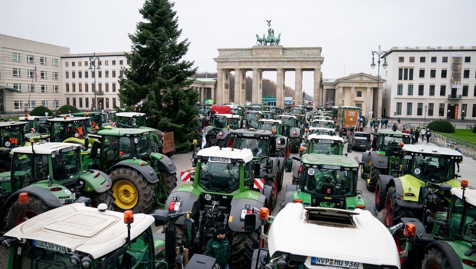 Berlin lahmgelegt: Tausende Landwirte protestieren gegen die Agrarpolitik der Bundesregierung