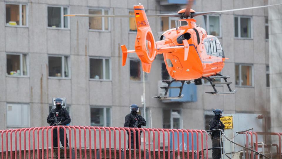 Skandal in Hannover: Mafia-Boss vom Balkan wird zur Behandlung eingeflogen, jetzt abgeschoben - Polizei-Bewachung verursacht immense Kosten