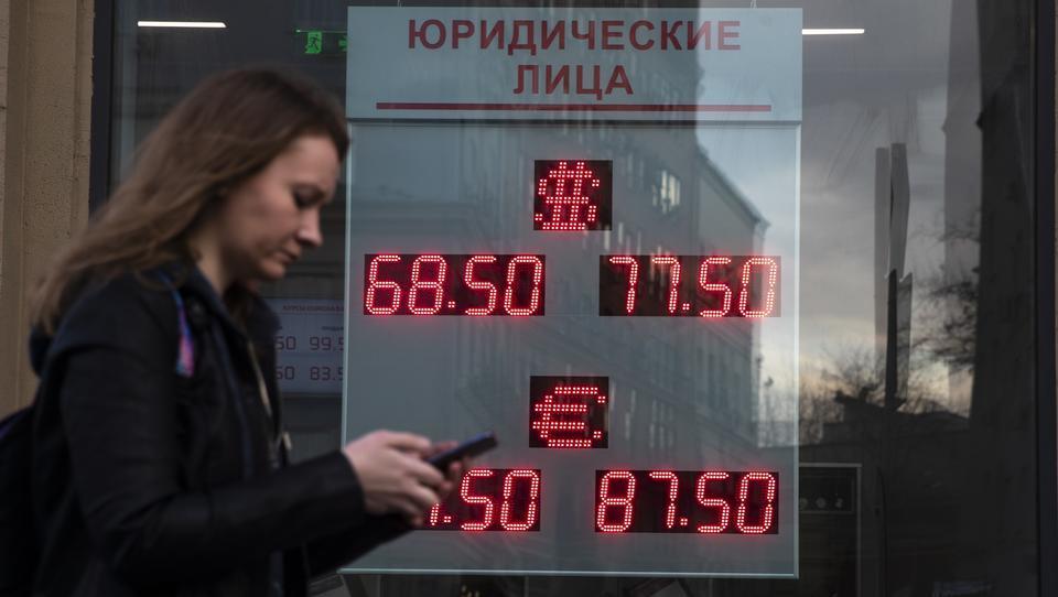 Erstmals seit fünf Jahren: Russlands Notenbank verkauft Fremdwährungen und stützt den Rubel