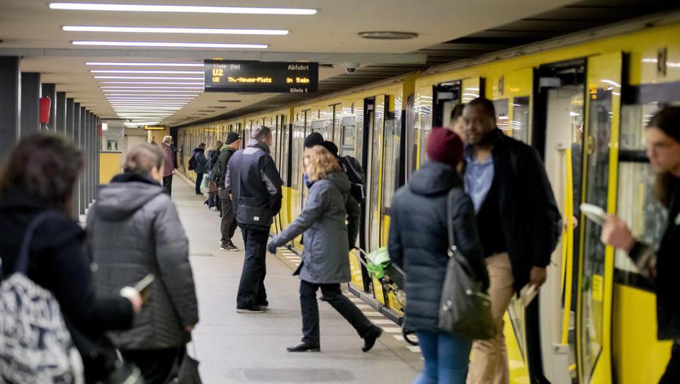 Maskenpflicht-Kontrolle in Berlin: Sicherheitsleute in U-Bahn laufen mit Maulkorb-Hund herum