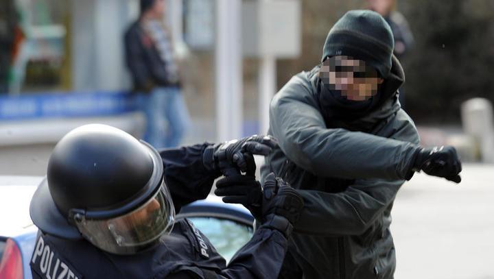 Linksextremisten fahnden mit Plakaten nach Polizisten in Berlin