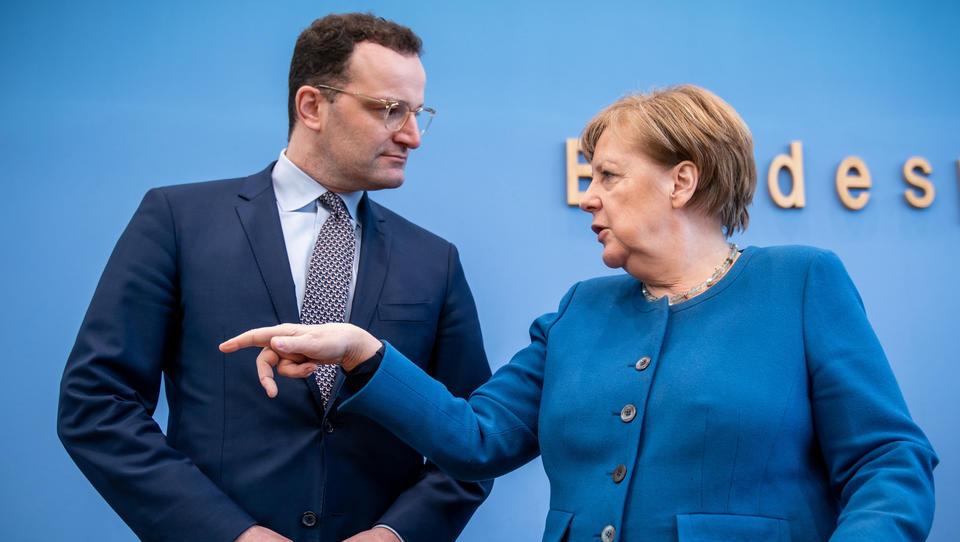 Corona-Debatte: Merkel lässt Spahn ins offene Messer laufen, hält sich taktisch zurück