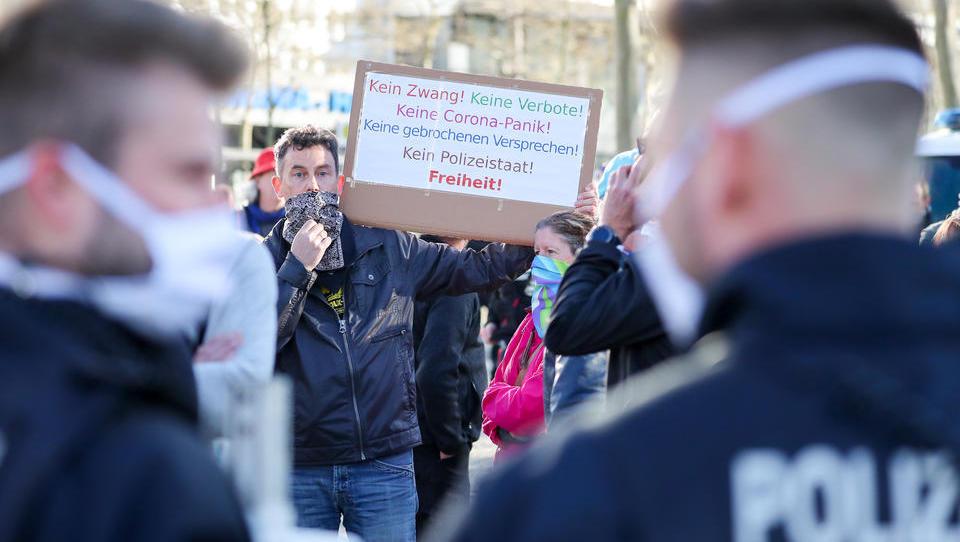 Flaschenwurf und Kühnen-Gruß auf nationaler Demo in Chemnitz