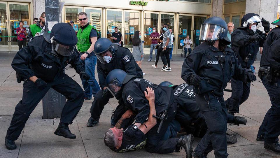 Zusammenstöße bei Demonstrationen gegen Corona-Regeln, 30 Festnahmen in Berlin, 3.000 demonstrieren in München