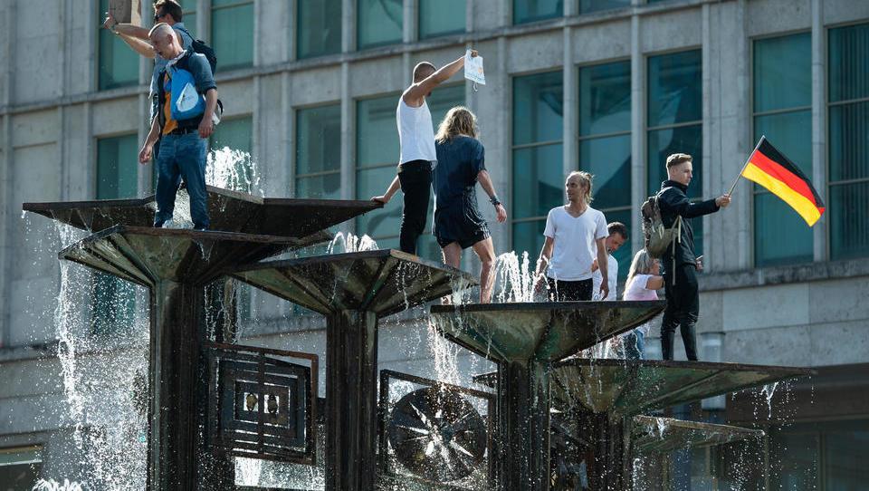 DWN LIVE: Nach Demo-Verbot: Berliner Polizei verhindert Versammlungen von Gegnern der Corona-Politik