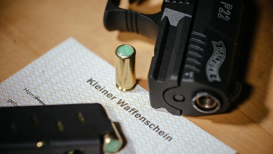 Bürger rüsten auf: Zahl der Kleinen Waffenscheine steigt um 44.000