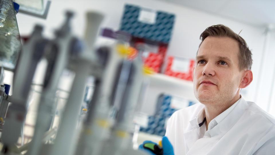 """Corona: Virologe Streeck dämpft Impfstoff-Hoffnungen und warnt vor """"Alarmismus"""""""