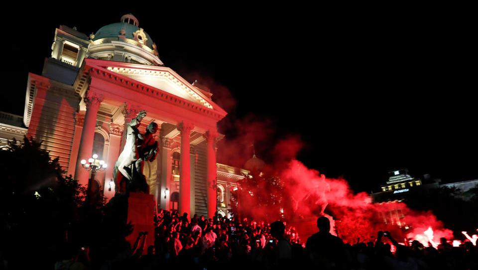 Corona-Demonstranten stürmen Belgrader Parlament