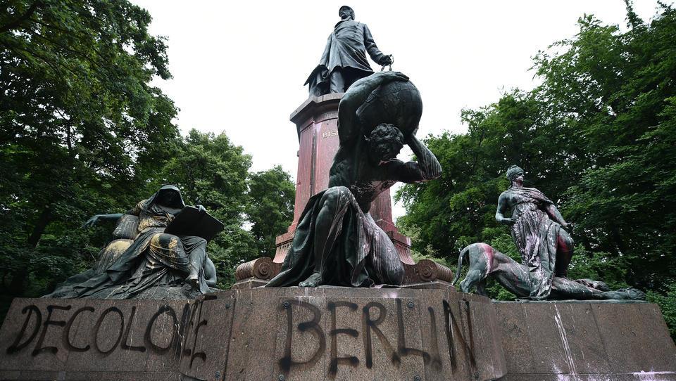 False Flag-Aktion gegen Rassismus? Unbekannte schänden Berliner Bismarck-Statue