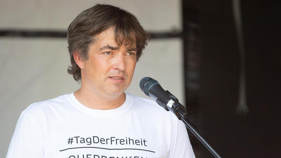"""""""Querdenken""""-Gründer distanziert sich von Extremismus und Gewalt"""