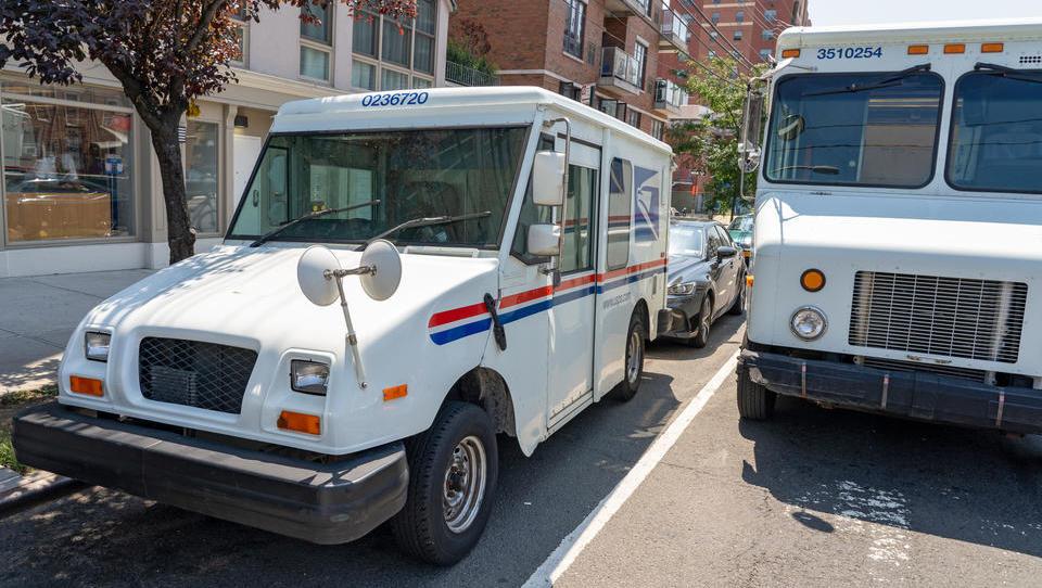 Chaos bei der Briefwahl: Hunderttausende Umschläge stapeln sich bei der Post