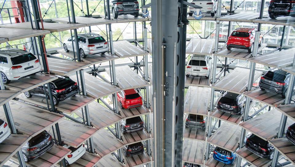 Deutsche kaufen immer häufiger teure Neuwagen: SUV, E-Autos und Premium-Marken liegen im Trend