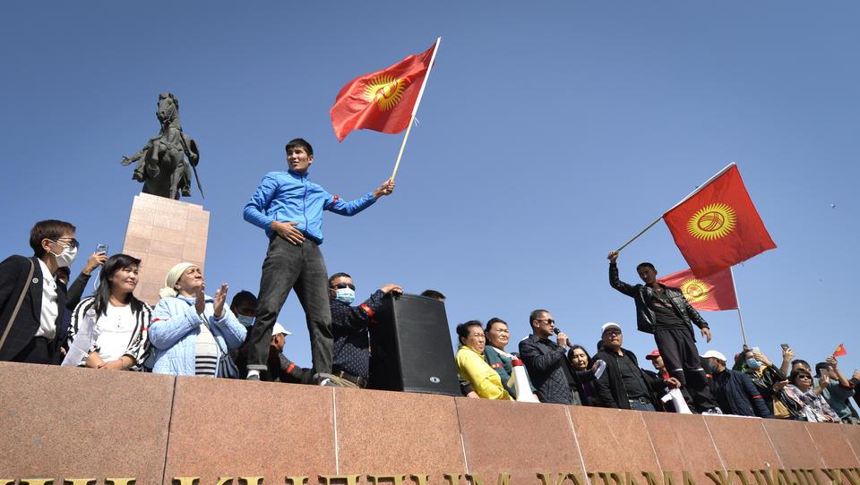 Coup in Kirgistan: Anhänger befreien ehemaligen Präsidenten aus Gefängnis