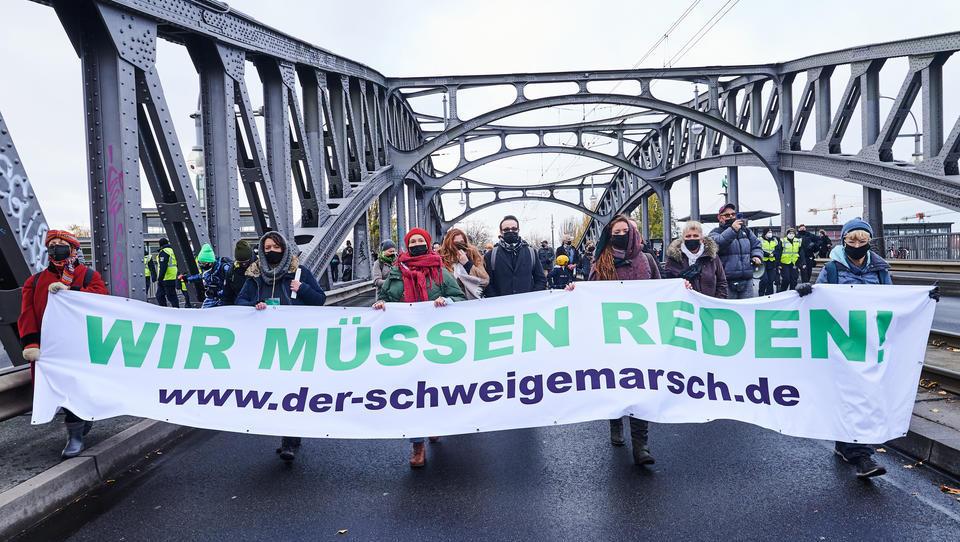 """Berlin: 5.000 Menschen bei """"Schweigemarsch"""" gegen Corona-Politik – 600 Polizisten im Einsatz"""