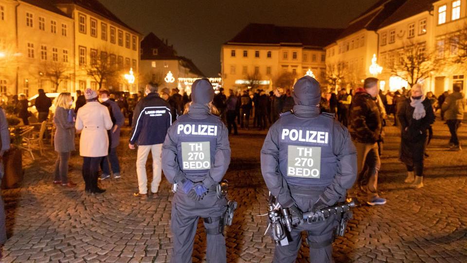 Demonstrationen im Kreis Hildburghausen: Polizei setzt Tränengas ein, erste Anzeigen durch neues Infektionsschutzgesetz