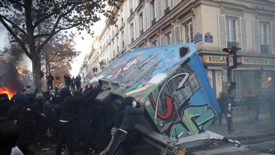 Demonstranten in Paris skandieren: Jeder hasst die Polizei...