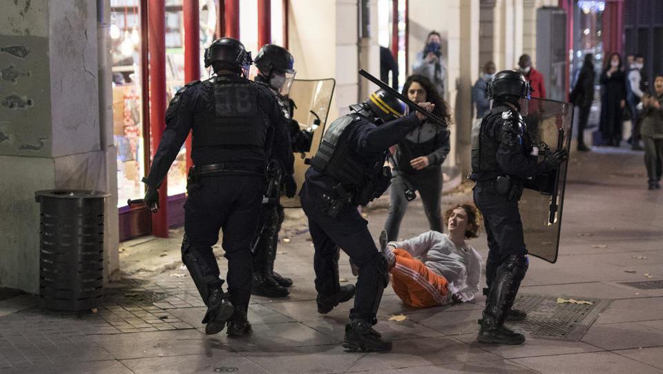 Festnahmen und Polizeigewalt nach Protesten gegen Sicherheitsgesetz in Frankreich