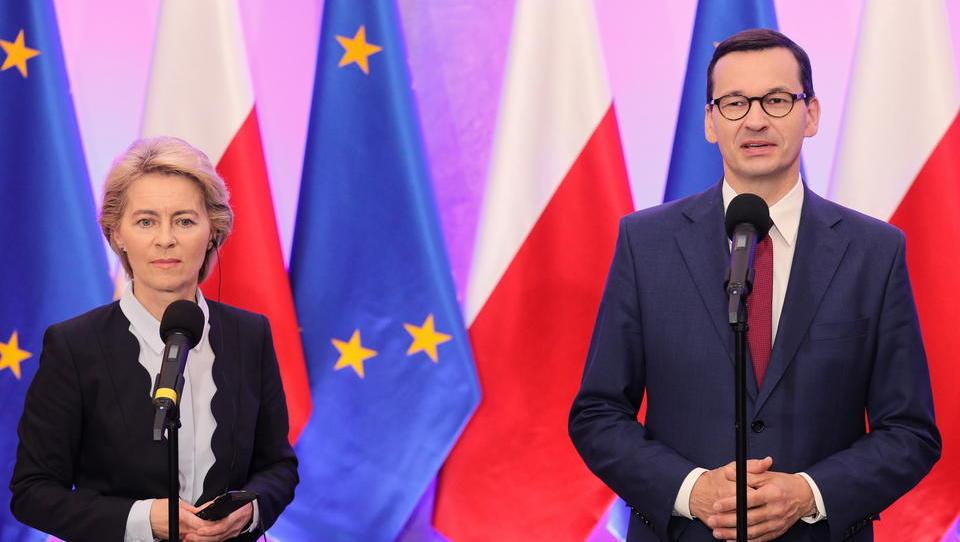"""EU fordert Sanktionen gegen Polen, Warschau beklagt """"hybriden Krieg"""""""