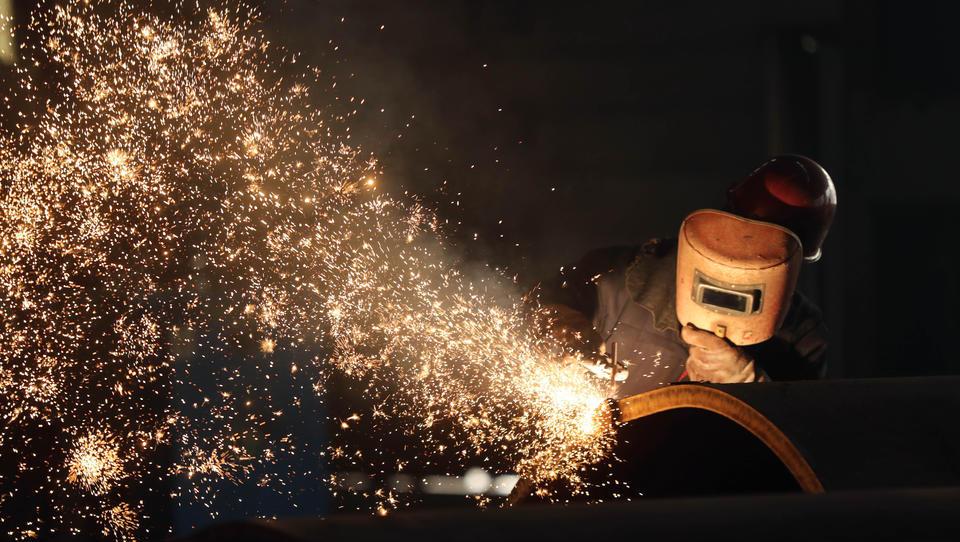 Vorprodukte fehlen: Industrie-Output sinkt im April