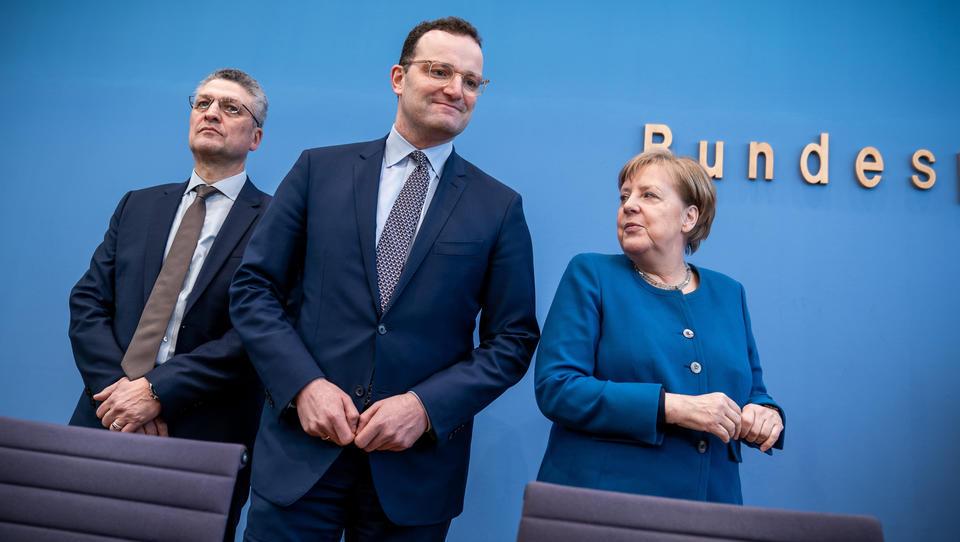 Corona-Tipps: Spahn ist bekennender Gurgler, Merkel empfiehlt Kniebeugen und Klatschen