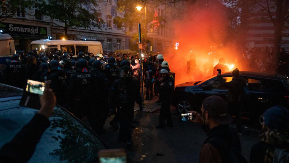 Berliner Polizei: Linksradikale halten sich gewöhnlich an die Hygiene-Regeln, gegen Querdenker setzen wir Wasserwerfer ein