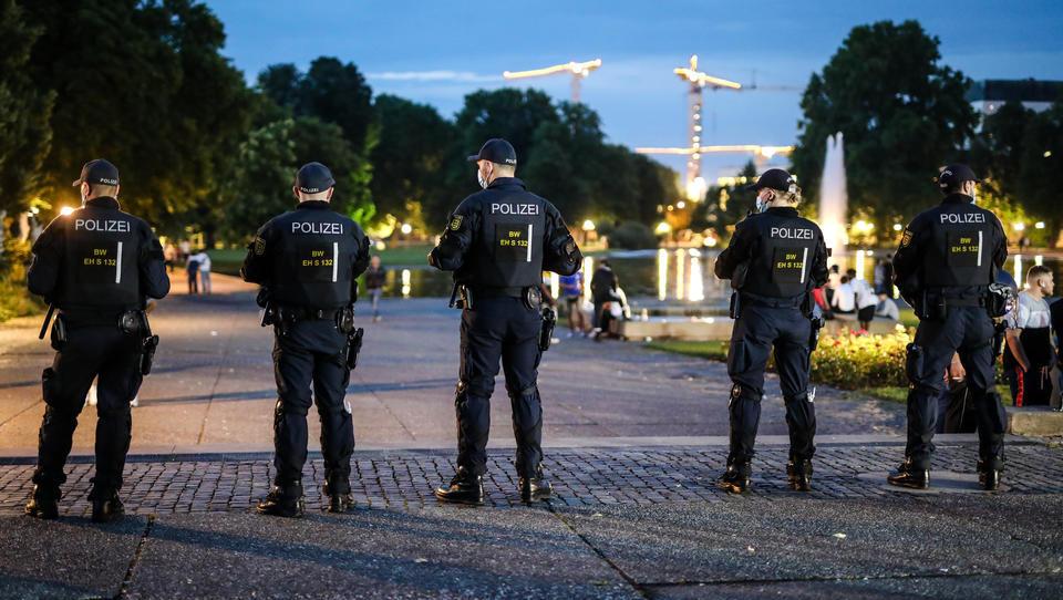 Corona-Kontrolle in Stuttgart: Hunderte Jugendliche mit verbalen Attacken, Flaschenwürfen und Sprechchören gegen Polizei