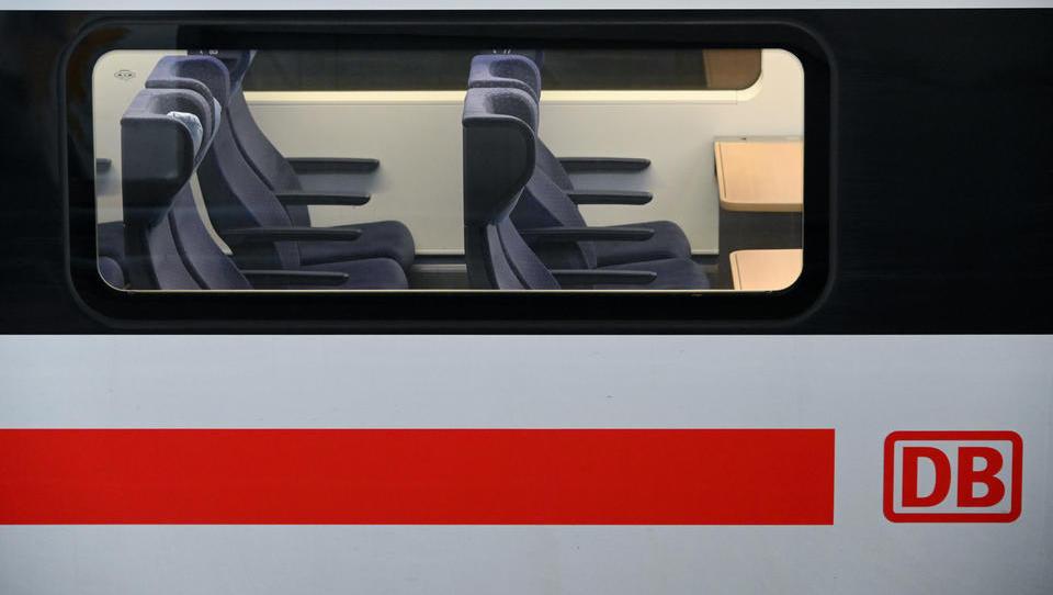 Will die Bundesregierung den Fernverkehr mit Bus und Bahn einschränken?