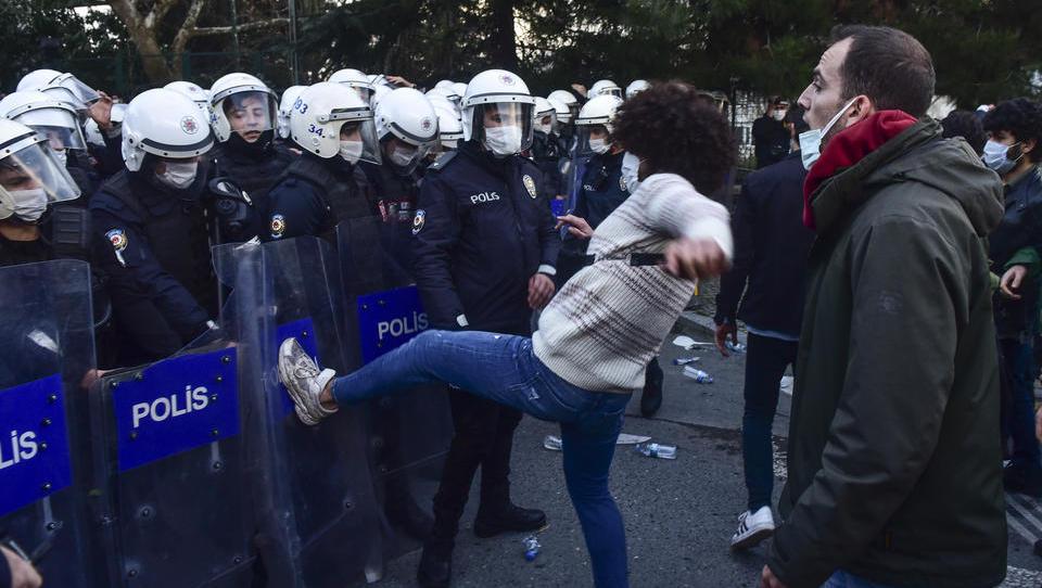 Nach Studenten-Demos: Erdogan ermächtigt Polizei und Geheimdienst zum Einsatz von Panzern