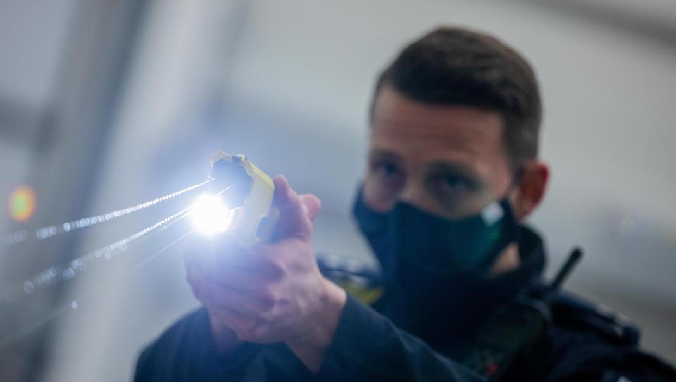 Polizei löst Corona-Party mit Pfefferspray auf, droht Bürgern mit Elektroschock-Pistole