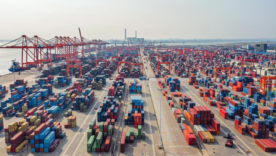 Lieferketten unter Druck: Container-Frachter stauen sich an wichtigen Häfen Südchinas und der USA