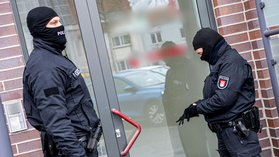 Drogen, Korruption, Geldwäsche: Festnahmen bei Razzia in Bremen - Zwei Polizisten unter Verdacht