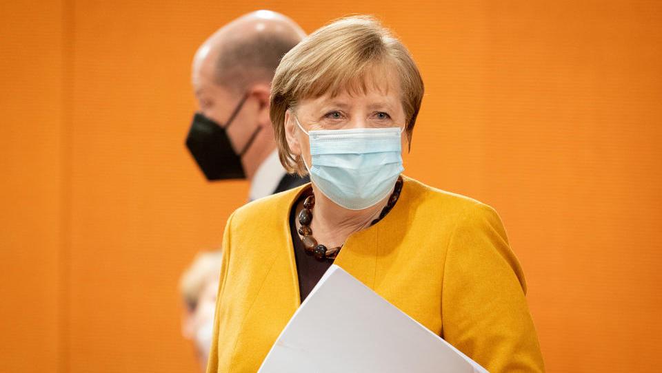 Merkel stoppt Pläne zu Ruhetagen über Ostern und entschuldigt sich