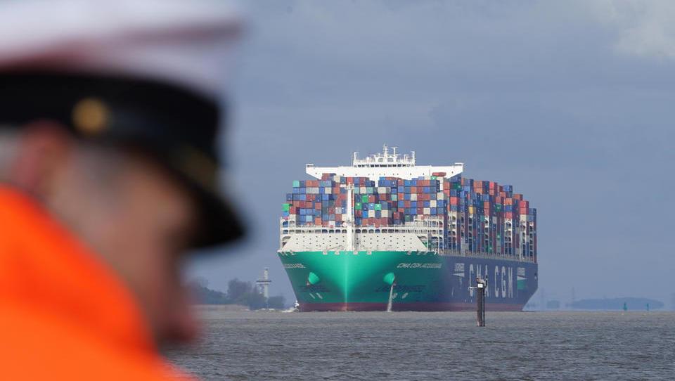 Elbvertiefung abgeschlossen: Erstes Containerschiff mit größerem Tiefgang fährt Hamburg an