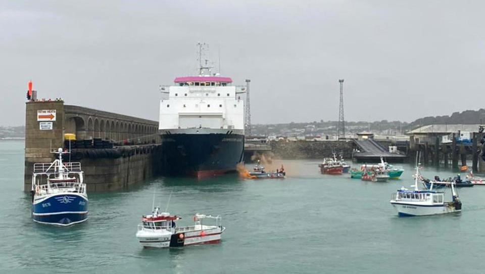 Streit eskaliert: Französische Fischer blockieren Kanalinsel Jersey