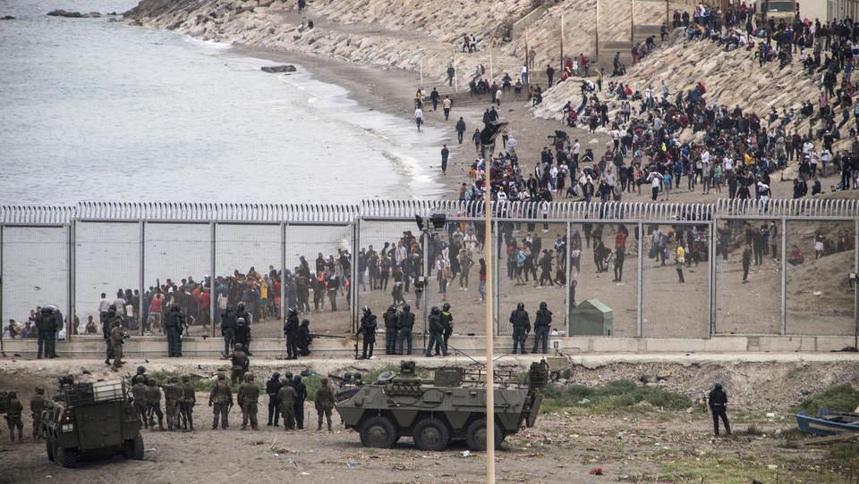 Marokko öffnet die Tore: Tausende Migranten stürmen spanische Exklave Ceuta
