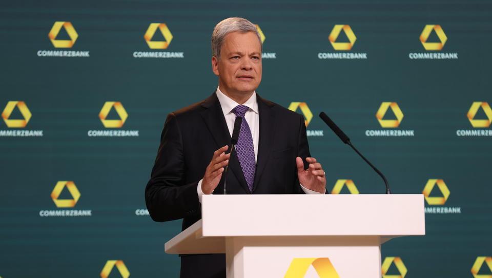 Teurer Konzernumbau: Commerzbank macht über halbe Milliarde Verlust